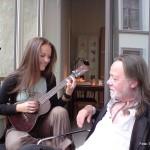 Siri og pappa Lillebjørn med C.F.Martin tenor ukulele