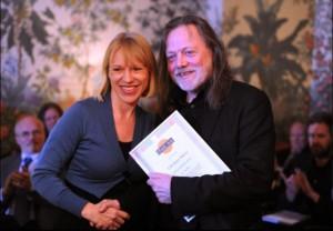 Kulturminister Anniken Huitfeldt overrekker veteranprisen til Lillebjørn Nilsen